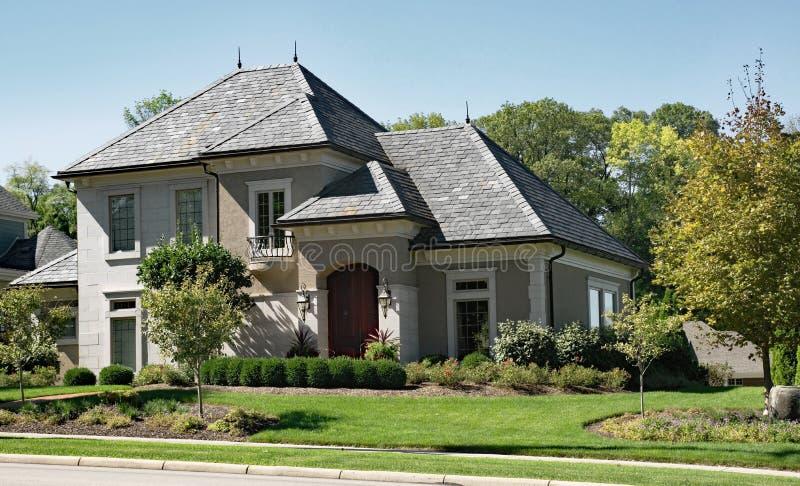 Casa da pedra & do estuque com telhado de ardósia fotografia de stock royalty free