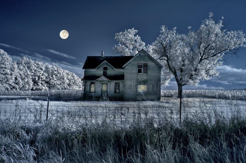 Casa da quinta assombrada e MOO cheio fotografia de stock