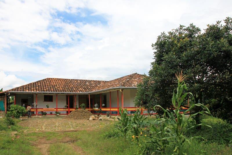 A casa da quinta cercada pelo café planta perto do EL Jardin, Antioquia, Colômbia fotos de stock