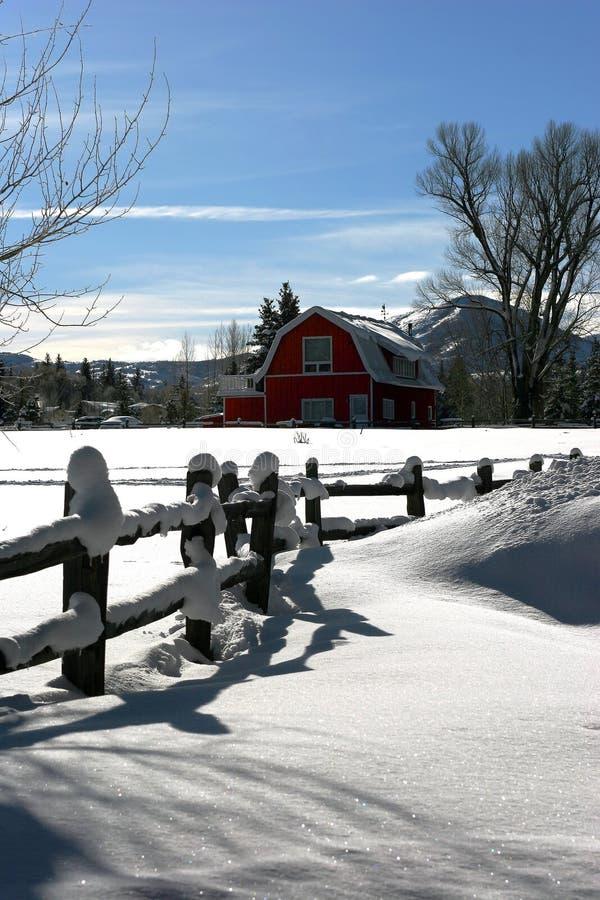 Casa da quinta do inverno imagens de stock