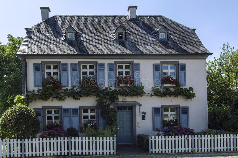 Casa da quinta romântica em uma das vilas ao longo da bacia hidrográfica de Moselle imagens de stock