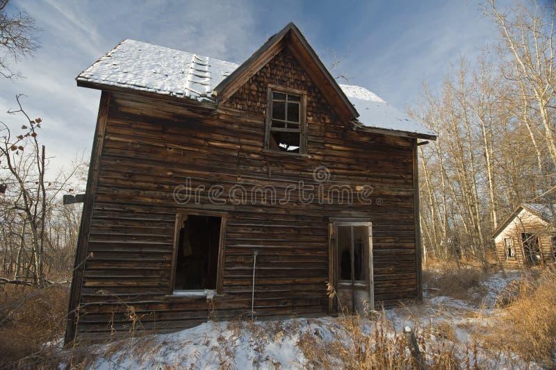 Casa da quinta velha abandonada no inverno foto de stock