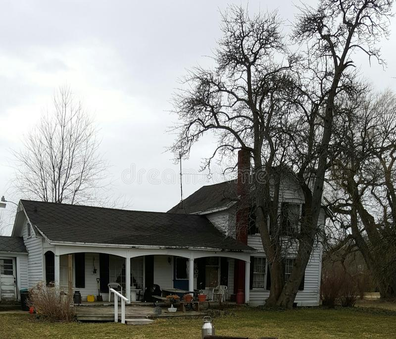 Casa da quinta velha no país fotografia de stock