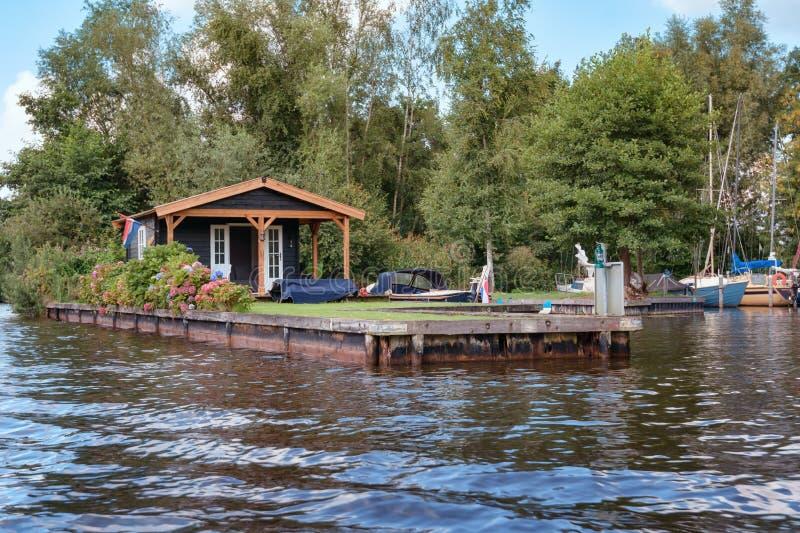 Casa da recreação com amarração para o barco no banco dos lagos Loosdrecht fotos de stock royalty free