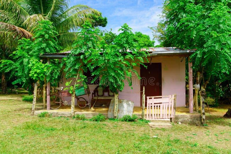 Casa da República Dominicana de uma vila pequena de uma ilha tropical típica das Caraíbas imagens de stock royalty free