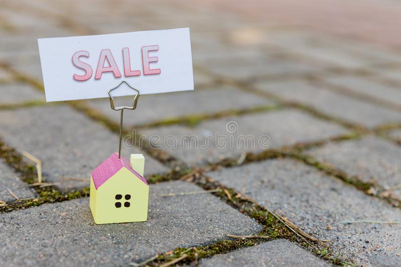 Casa da vendere il segno di Real Estate e la bella nuova casa Per il segno di vendita bordo di vendita in Front Yard prestiti, de immagini stock