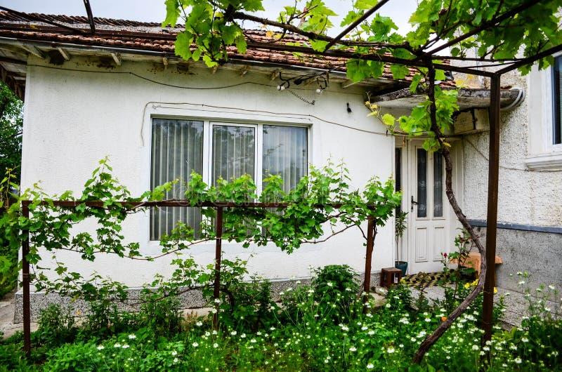 Casa da vila no verão fotos de stock royalty free