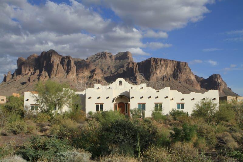 Casa de adobe del renacimiento de la misión en un desierto imágenes de archivo libres de regalías