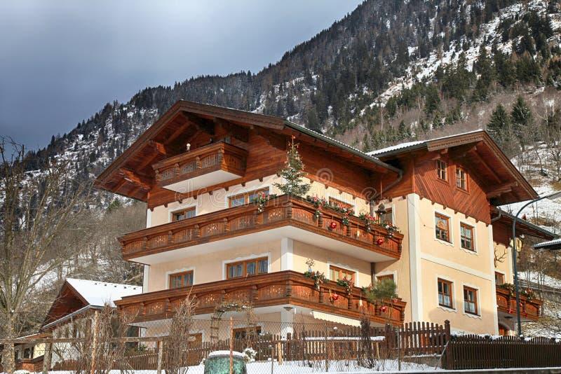 Casa de Alpin com as decorações de madeira do balcão e do Natal, Austr fotos de stock royalty free
