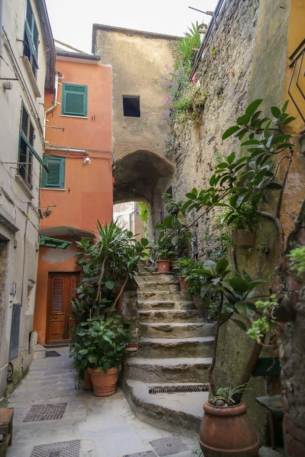 Casa de Ancien con pasos y arco en el pueblo de Vernazza Cinque Terre, Liguria, turista que lleva del transbordador de Italy imágenes de archivo libres de regalías