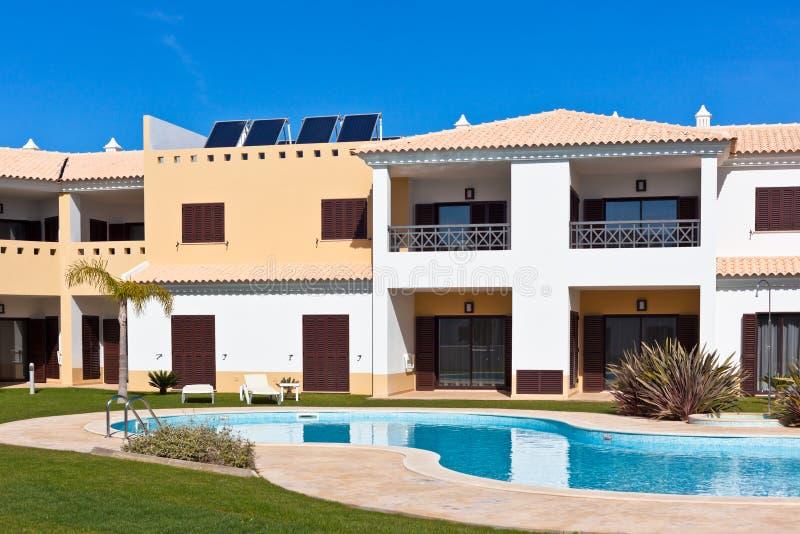 Casa de apartamento com piscina imagens de stock