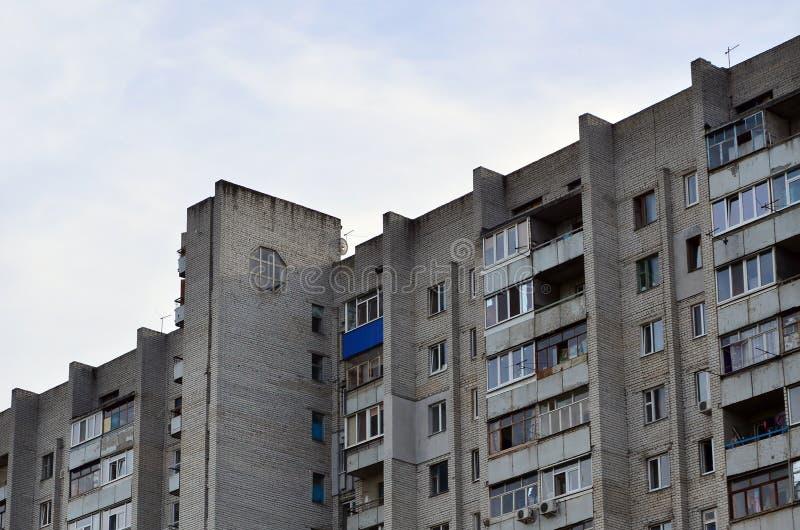 Casa de apartamento velha do multi-andar em uma região pobre-em desenvolvimento de fotos de stock royalty free