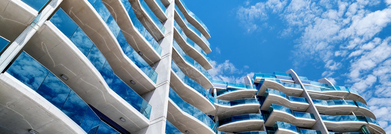 Casa de apartamentos de cristal azul moderna cosechada de la imagen horizontal imagenes de archivo