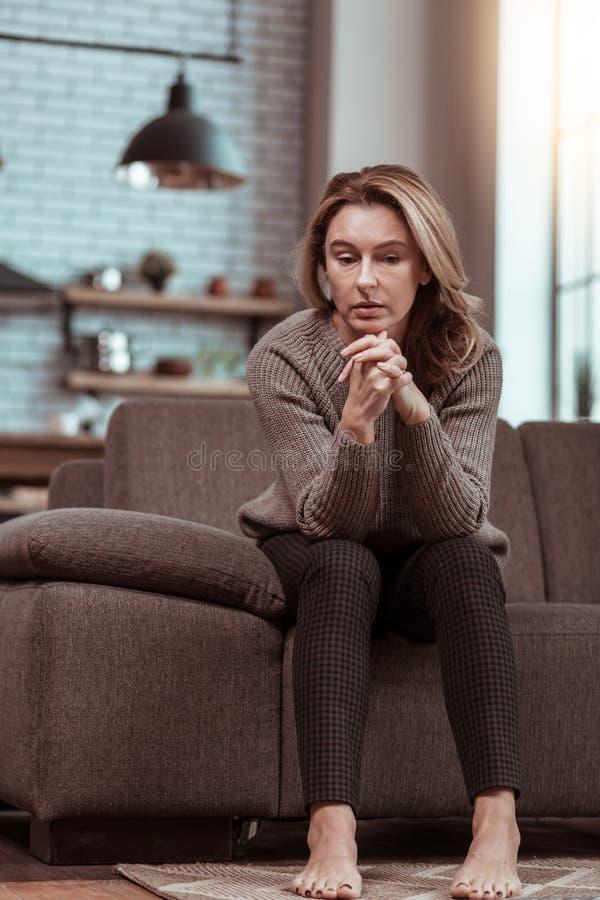Casa de assento só e triste do sentimento divorciado da mulher apenas fotografia de stock royalty free