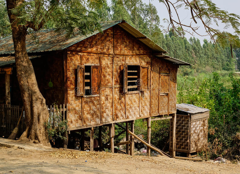 Casa de bambú tradicional en Mandalay, Myanmar fotos de archivo