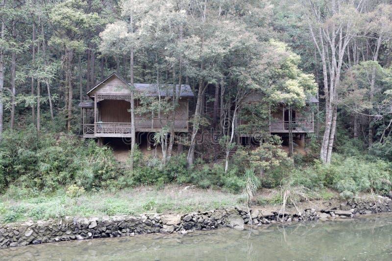 Casa de bambu pelo rio, adôbe rgb imagem de stock