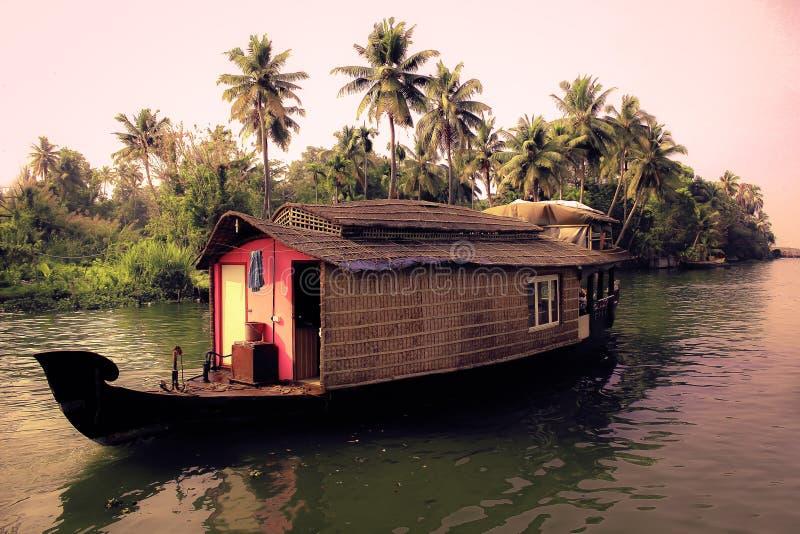 Casa de barco e as marés imagens de stock royalty free