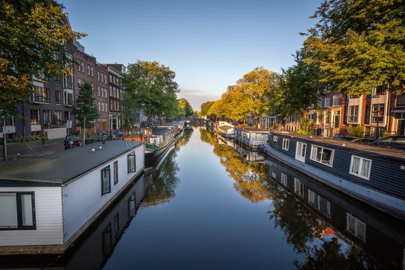 Casa de barco em canais em Amsterdão Netherland fotos de stock royalty free