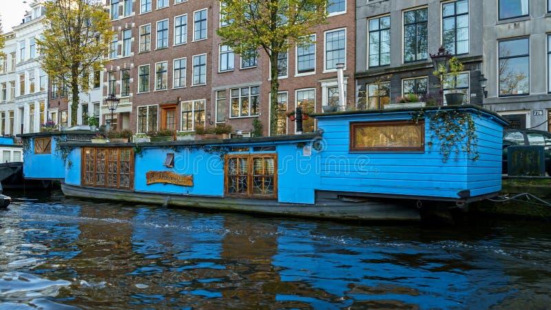 Casa de barco de flutua??o tradicional em canais de Amsterd?o, os Pa?ses Baixos, o 13 de outubro de 2017 fotos de stock royalty free