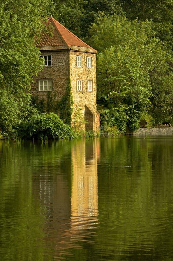 Casa de bomba vieja histórica en las baterías de río foto de archivo libre de regalías