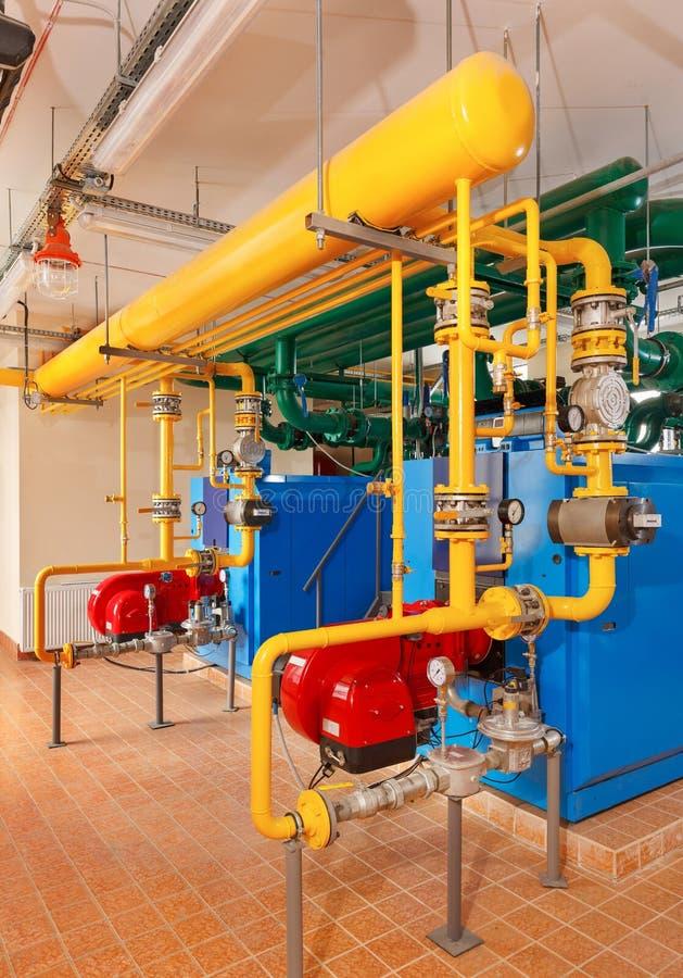 Casa de caldeira interior com muitas caldeiras industriais, tubulação do gás fotografia de stock