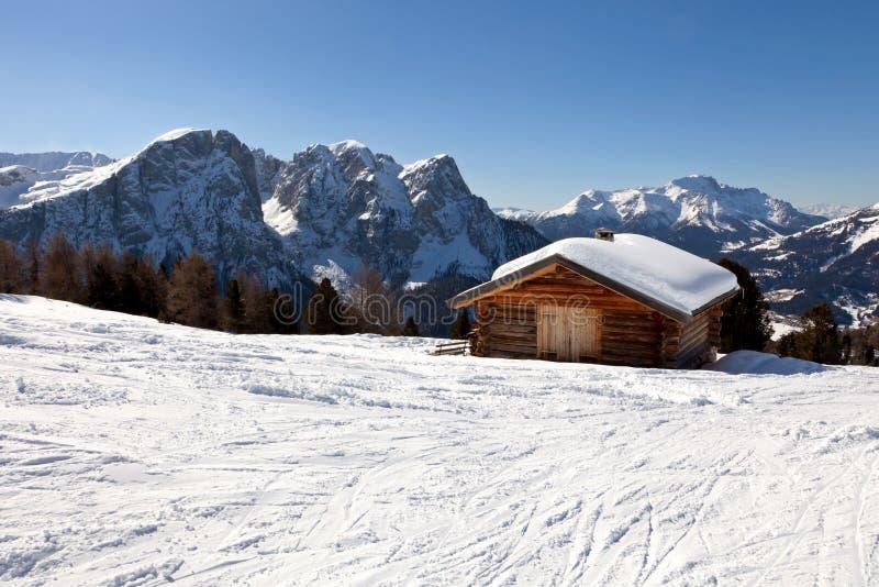 Casa de campo alpina em montanhas das dolomites, Italy fotos de stock