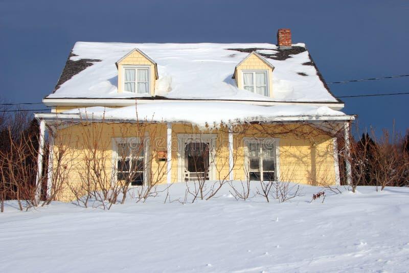 Casa de campo amarilla fotos de archivo