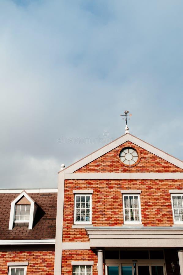 Casa de campo anaranjada hermosa del edificio de ladrillo con muchas ventanas fotos de archivo