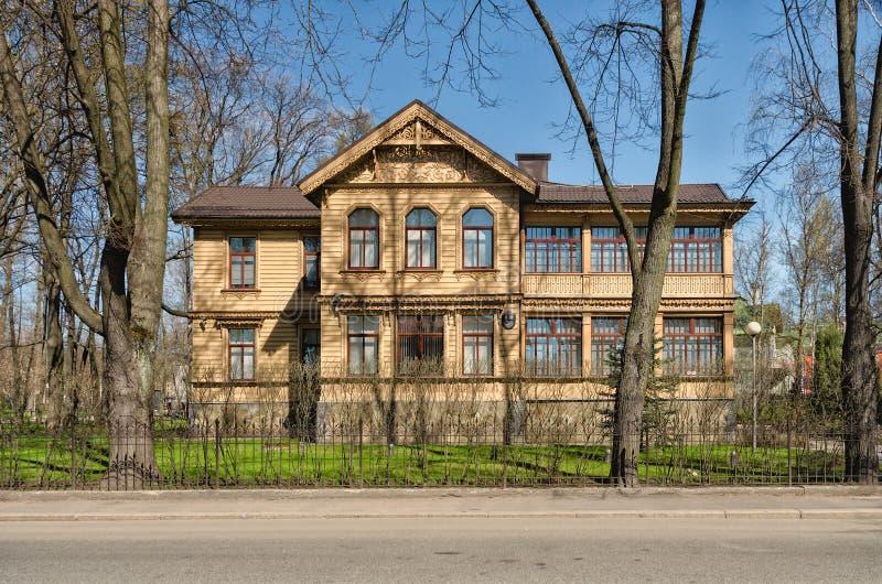 A casa de campo anterior de Ruadze na ilha de Kamenny imagem de stock royalty free