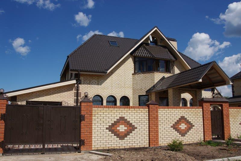 Casa de campo bonita do tijolo na cidade do Perm fotografia de stock
