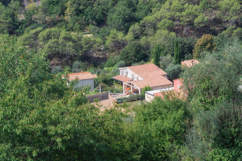 Casa de campo bonita no vale perto da vila de Tourrette Leve imagem de stock royalty free