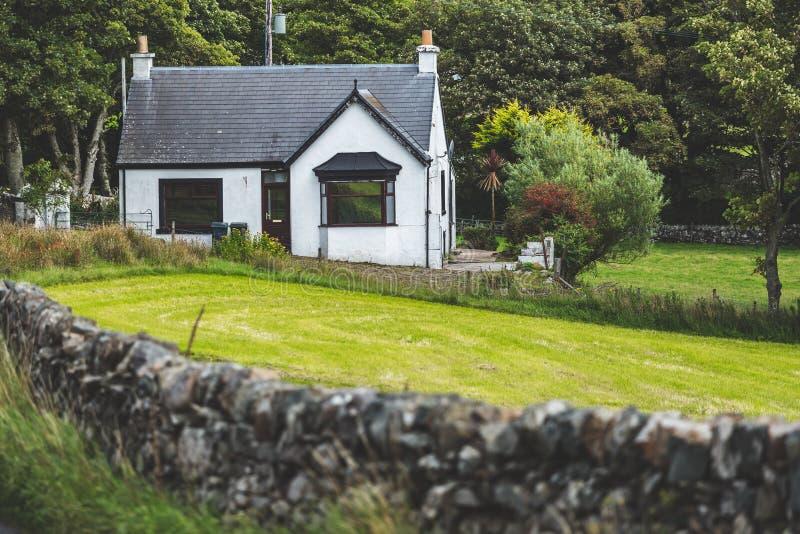Casa de campo branca pequena do campo scotland imagem de stock