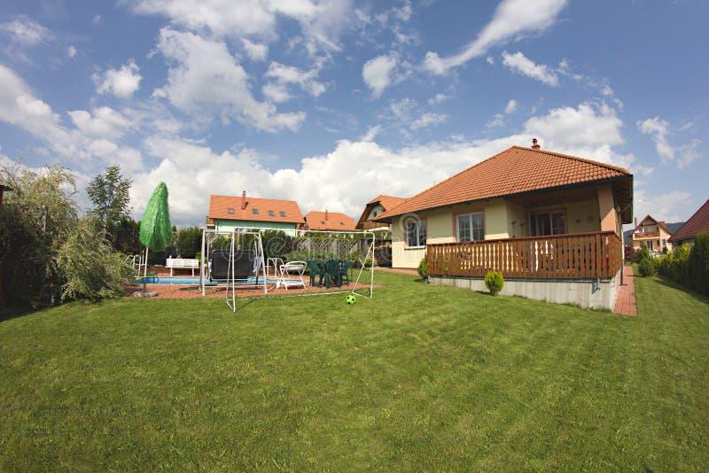Casa de campo com jardim bonito fotografia de stock