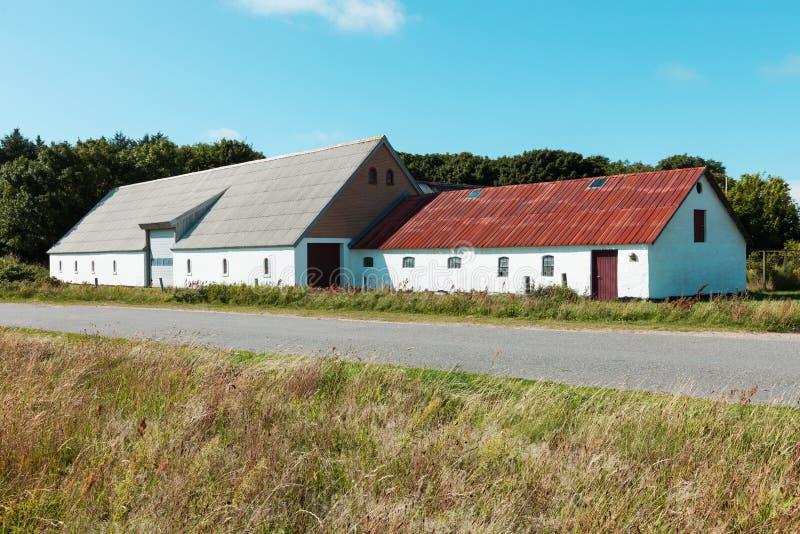 Casa de campo com o armazém em Dinamarca fotografia de stock