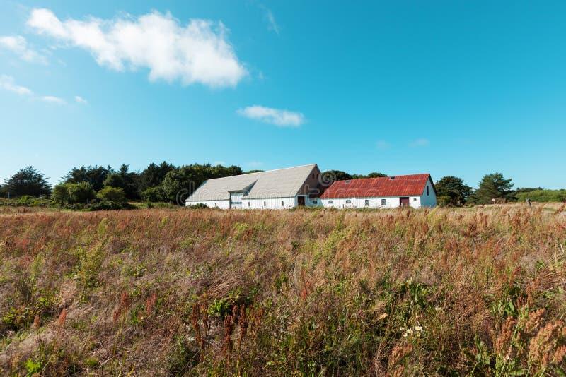 Casa de campo com o armazém em Dinamarca imagem de stock royalty free