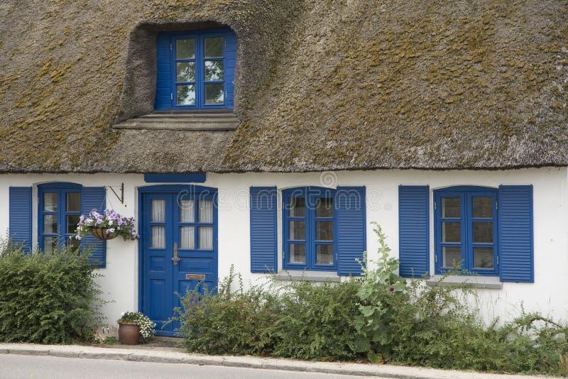 Casa de campo com telhado Thatched fotos de stock