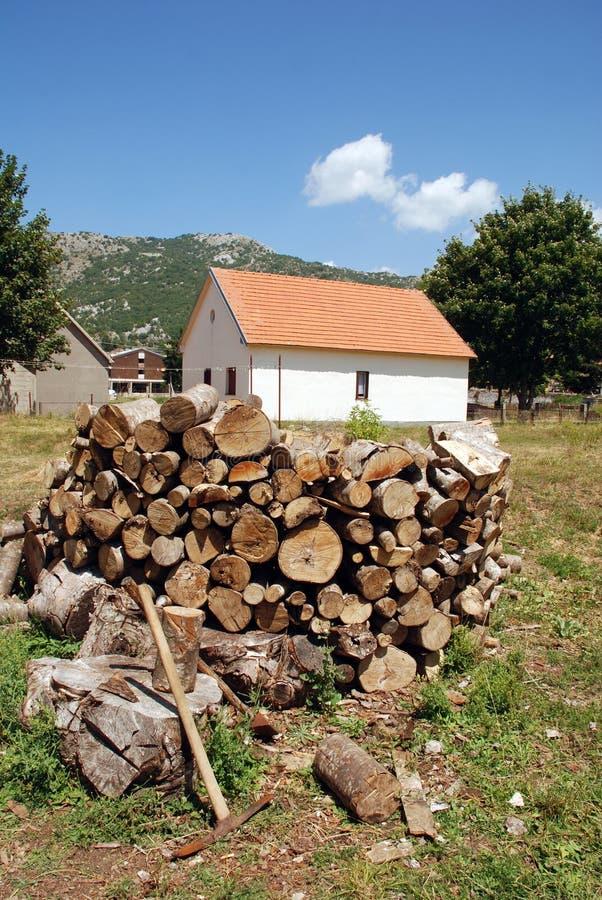 Casa de campo con la pila de leña foto de archivo