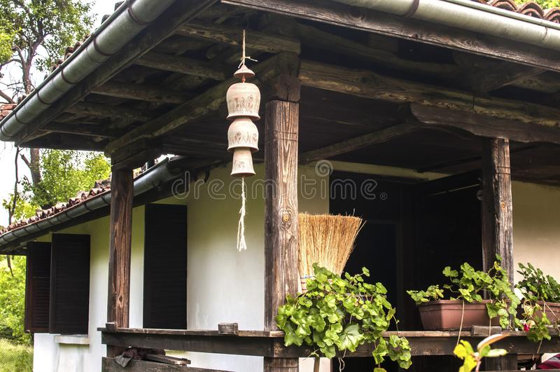 Casa de campo con las campanas de viento de la arcilla del jardín foto de archivo libre de regalías