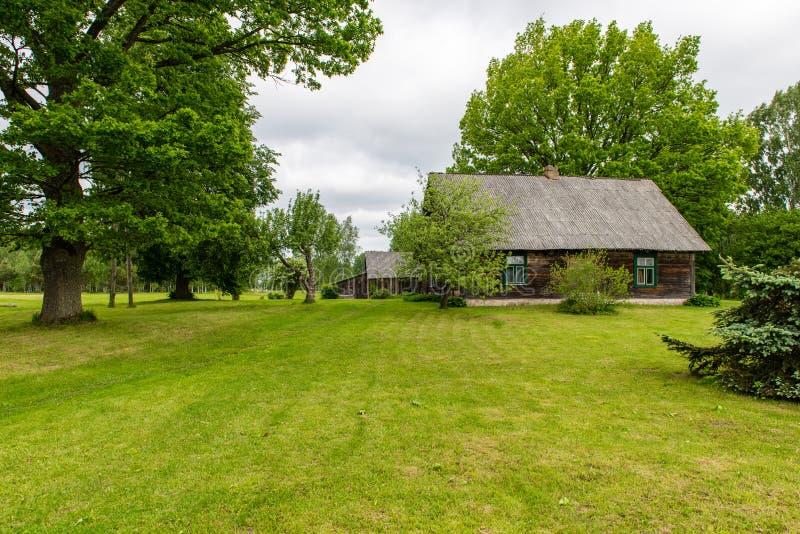 Casa de campo con los robles foto de archivo