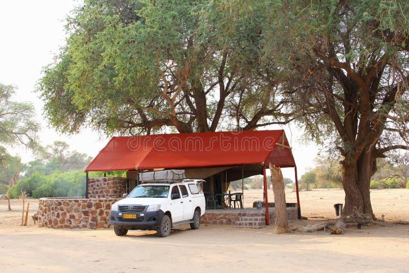 Casa de campo de lujo de la tienda del safari de Toyota Hilux, Namibia foto de archivo