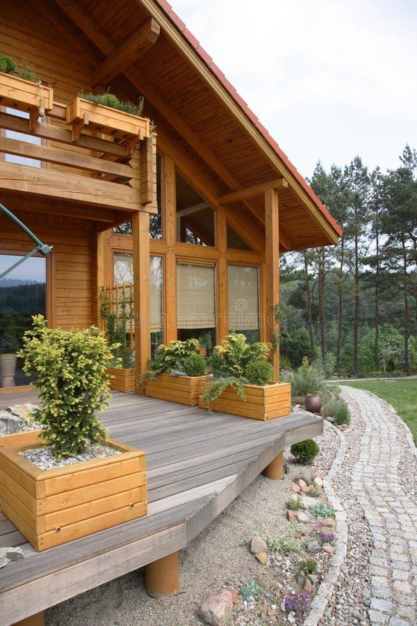 Casa de campo de madeira moderna foto de stock royalty free