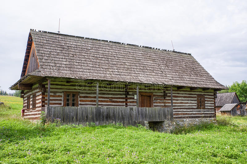 Casa de campo de madeira na vila, Eslováquia imagens de stock royalty free