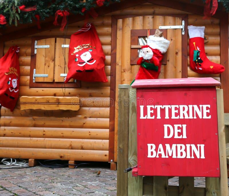 A casa de campo de Santa com a caixa postal vermelha a afixar fotos de stock royalty free
