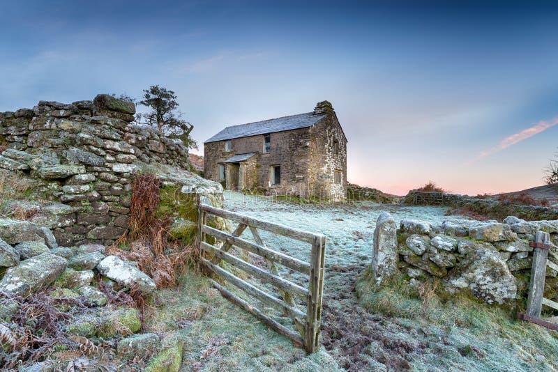 Casa de campo do inverno fotografia de stock royalty free