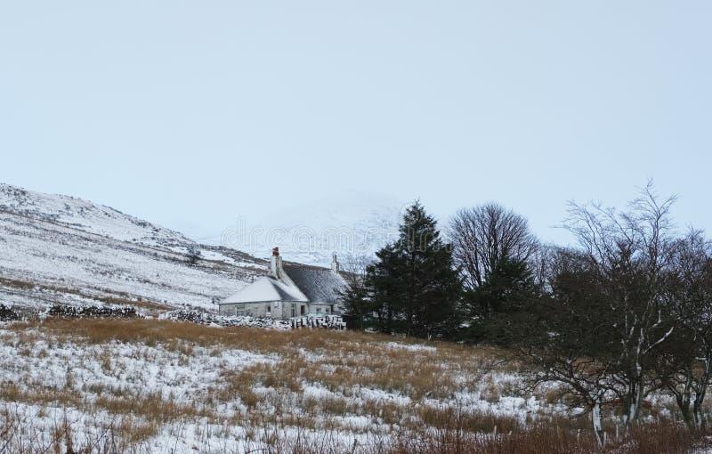 Casa de campo do inverno & monte nevado imagem de stock