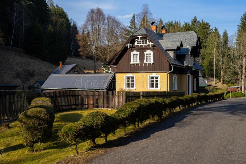 Casa de campo do campo na floresta fotografia de stock royalty free
