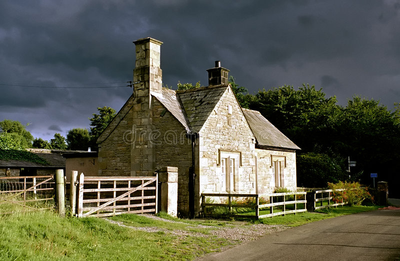 Casa de campo do país (tempestade-iluminada) fotografia de stock