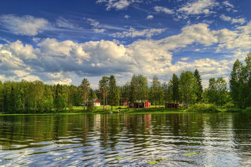 Casa de campo do verão no lago na Suécia fotografia de stock