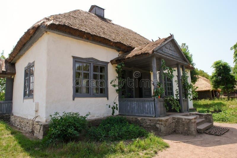 Casa de campo en la aldea de Pirogovo (Ucrania) fotos de archivo