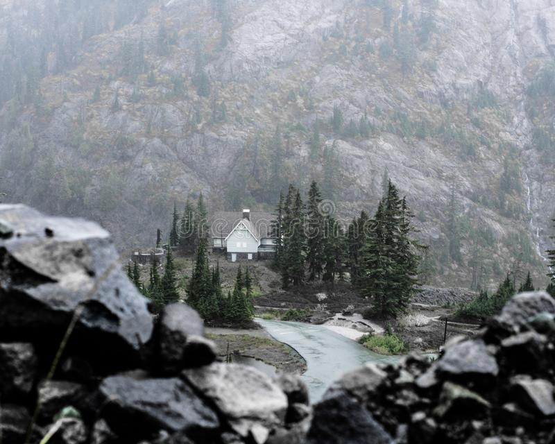 Casa de campo en las monta?as foto de archivo libre de regalías
